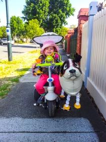 Chloe e seu cão e balão.
