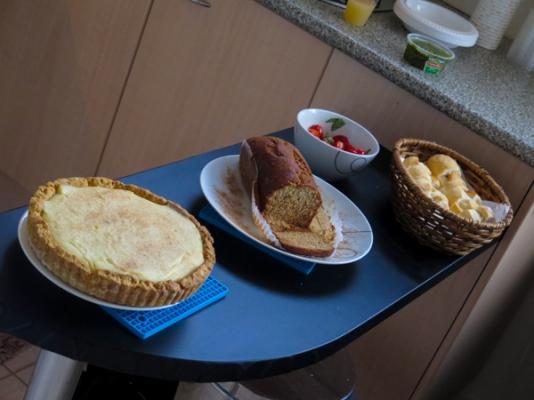 Bolo de banana, sobremesa sul africana trazida pelo Nevin e mini sanduíches